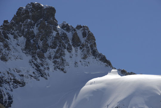 La montée vers le col du Pavé longe toute la face Sud de la Meije.