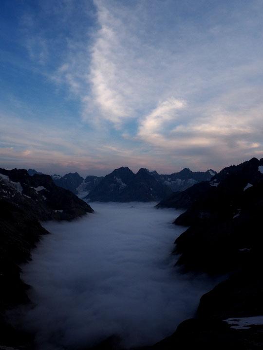 Refuge perché entre mer de nuages et fins nuages d'altitude. L'Oisans est magnifique !