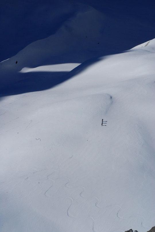 3 skieurs montent vers le Promontoire.  Autour de la Meije les conditions sont plutôt bonnes pour des skieurs expérimentés.  La présence de petites zones glacées rend la progression plus technique . Les petiteschutes de neige vont améliorer les conditions
