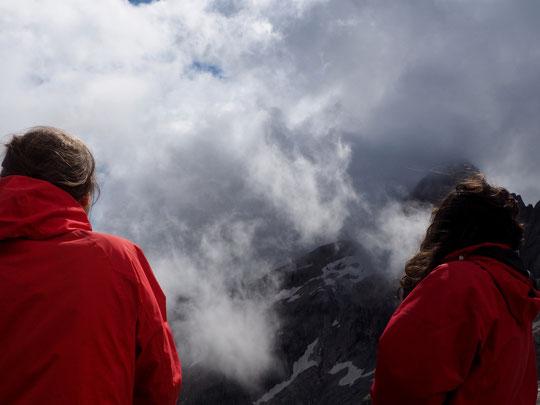Hier après-midi depuis la terrasse du refuge :  un formidable ballet de nuages, de vent, de soleil, mêlés autour des sommet de l'Oisans... quelque chose d'intrigant... au coeur de ces grandioses et fascinantes merveilles de la nature !