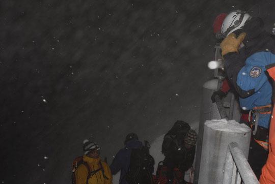 A 5h, par moins 11°, pour le départ des organisateurs de la course il neigeait encore....
