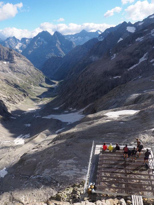 La DZ du Promontoire, surplombant de 1000m le bas du vallon des Etançons, est souvent bien appréciée par les randonneurs à l'arrivée au refuge.