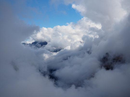 Hier soir le ciel et la vallée vus depuis le Promontoire. Ce matin la configuration est similaire, bien nuageux en bas  avec en altitude alternance de nuages et d'éclaircies .
