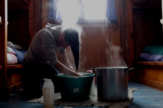 Quand il fait mauvais temps dehors et qu'il n'y a personne en montagne et dans les refuges (c'était hier), la vie des gardiens continue. Dans les conditions de la haute montagne avec économies d'eau, d'énergie et de chauffage...