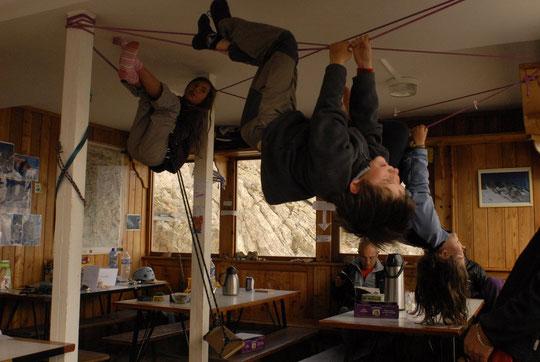 Quand il fait mauvais et qu'il y a personne au refuge, les mômes jouent au plafond...