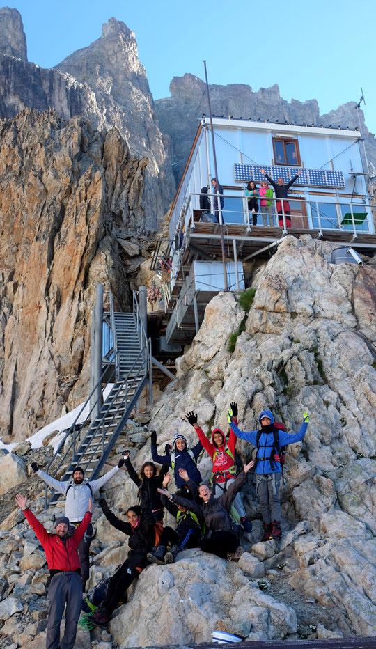 Bravo aux jeunes de la MJC Prémol de Grenoble qui pour la première fois sont montés en haute montagne. Hier matin ils sont repartis hyper contents après avoir partagé de très bons moments avec les alpinistes, au Promontoire ! Bravo et merci.