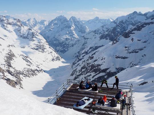 Avec les chaleurs actuelles les skieurs alpinistes arrivent tôt en refuge. L'après midi à 3100m, c'est yoga, étirements, siestes, farniente (et bières)... avec le soleil et la neige de l'Oisans !