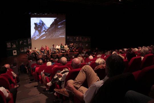 5 octobre 2016 : pour les 50 ans du refuge du Promontoire, beaucoup de guides, des gardiens de refuges (anciens et actuels du Promontoire), le gardien de l'Aigle, des jeunes alpinistes, une très belle soirée animée par Jean Michel Asselin. Merci !
