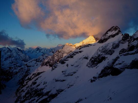 Lumières de fin de tempête ce matin au départ des premiers skieurs de rando pour le Tour de la Meije.  Une belle ambiance que l'on aime retrouver, avec un petit moins 9° et de la neige fraîche...