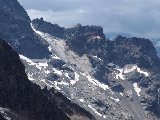 Avec des vagues de chaleur à répétition, et après un hiver relativement pauvre en neige, les glaciers noircissent et souffrent terriblement, comme ici celui de la Grande Ruine, sous le pic Bourcet (3715 m).