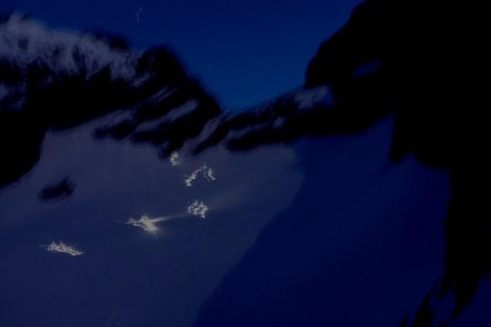 Brèche de la Meije (3360m) en cette fin de nuit... les cordées chemiment à la loupiotte pour aller basculer vers la face Nord de la Meije, le couloir du Serret du Savon et le refuge de l'Aigle. Bon voyage !