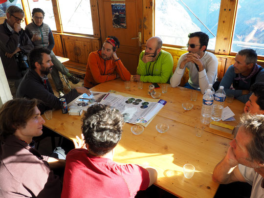 Quand des alpinistes rencontrent un alpiniste botaniste du Parc National des Ecrins... c'est riche de découverte. A coté des prises  il y a de la vie depuis bien longtemps et dans des conditions incroyablement rudes. Belle rencontre, merci Cédric Dentant.