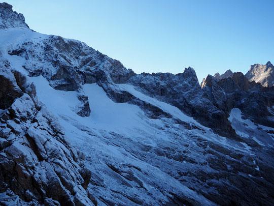 En agrandissant la photo, observez les deux sommets, le Pavé à gauche et la Grande Ruine à droite, tous les deux autour des 3800m et distants de seulement 4 kilomètres,  l'un est sec l'autre enneigé....  cette nuit la neige est tombée seulement ici !