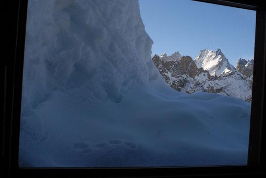 """Non, ce n'est pas vrai, on ne va pas skier tous les matins, aujourd'hui c'était grasse mat... ce matin, notre """"ecran""""  dans le dortoir des gardiens."""