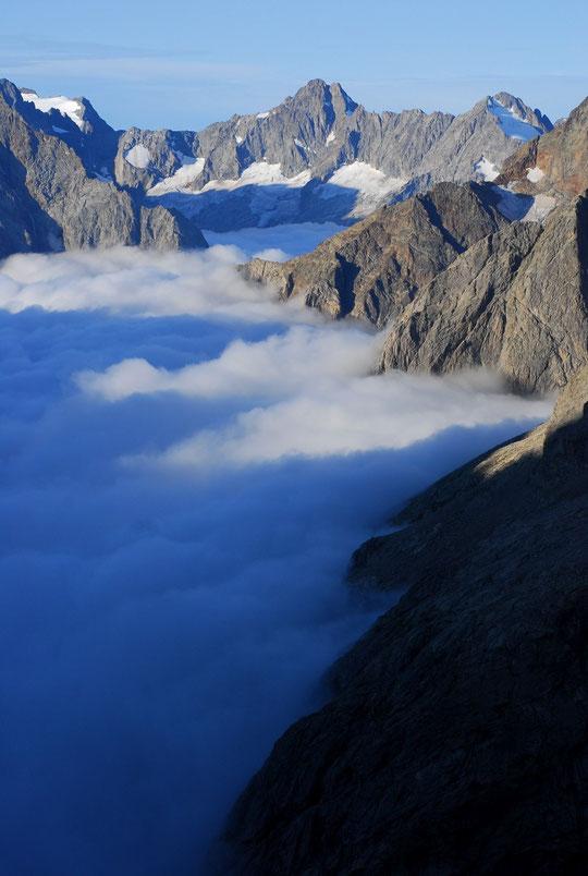 """Dans l'Oisans nous avons aussi nos """"Fjords"""". Les montagnes tombent dans la mer...  Ici, le Vallon des Etançons (avec au milieu à droite le Pilier Candau, en haut à droite la Tête des Fétoules et à gauche le sommet des Rouies) vu de la terrasse du refuge."""