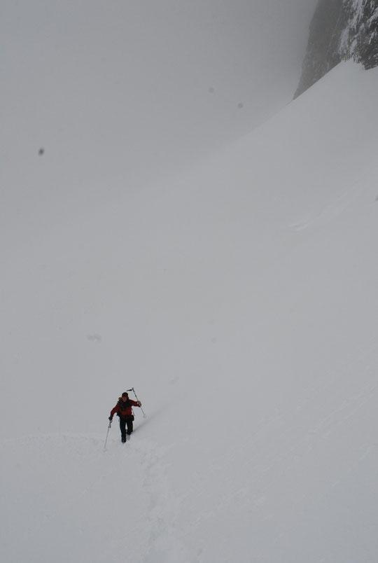 C'était hier après midi, la première arrivée au refuge depuis 4 jours ! Et c'était Nathalie (la gardienne) qui a tout tracé dans plus de 40cm de fraîche (sans ses skis).