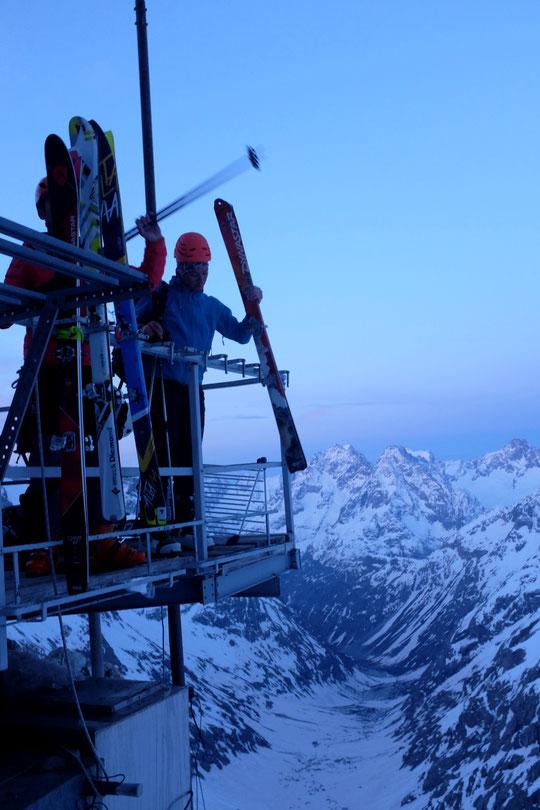 C ematin 6h, le jour se lève sur les sommets de l'Oisans... les  skieurs de rando vont s'élancer pour le versant Nord et le Tour de la Meije. C'est notre dernière matinée au refuge de la saison. Nous remonterons ici pour l'été. Merci à tous !