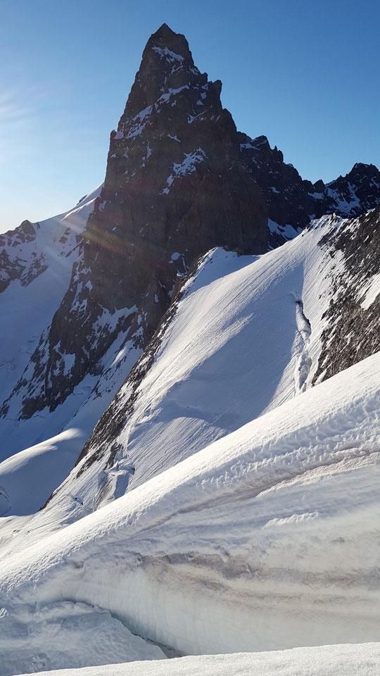 Photo réalisée hier matin à près de 3600m sur l'itinéraire qui monte au Râteau depuis le Promontoire, par l'Arête Nord Est : une belle vue sur la face ouest de la Reine Meije et ses grandes  parois nord et sud. Merci à Allan Métailler pour la photo !