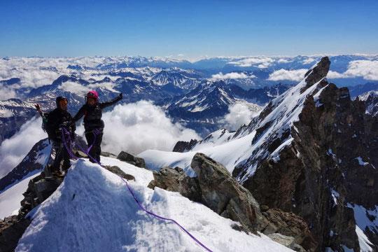 Au sommet du Grand Pic de la Meije avant la Traversée des Arêtes jusqu'au Doigt de Dieu (photo Stéphane Benoist).