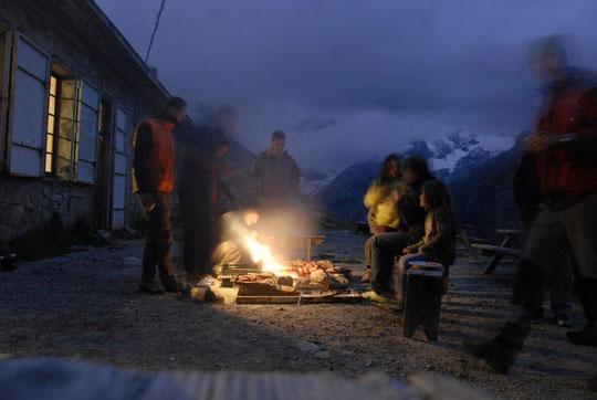Samedi soir : juste avant la pluie, la préparation des grillades, pour fêter les 10 ans de gardiennage du refuge Temple Ecrins par Florence et Guillaume...