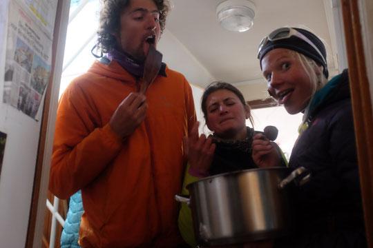 Au refuge, tout le monde est volontaire pour faire la vaisselle... surtout pour la gamelle de crème au chocolat ! (on ne donnera pas les noms de l'équipe à l'oeuvre, certains les reconnaitront, indice : ils sont un peu haut alpins...).