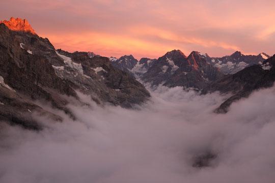 Nuages du bas et nuages d'en haut, au coucher de soleil, belle ambiance depuis la terrasse du Promontoire (c'était avant hier soir).