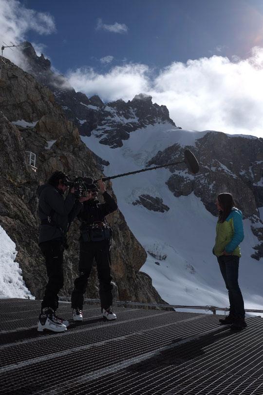 """Peut être plus détendue à skis dans la montagne... Nath parle aussi devant la caméra. Ce sera pour le magazine """"Grand Reportage"""" sur TF1. Merci à toute l'équipe : Camélia, journaliste, Pierre, caméraman, et Julien, preneur de son. Merci à vous !"""