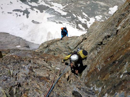 """Sur une rampe (en 5) dans la partie supérieure de la """"Pierre Allain"""" en face Sud de la Meije (photo Val P sur C2C)"""