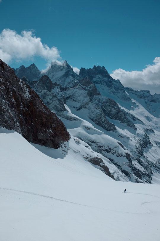 La montagne est plutôt déserte et bien belle ! Hier nous sommes montés et... remontés vers la Brèche de la Meije, histoire de faire des traces dans la neige fraîche. Sur la photo c'est Nathalie qui dessine au dessus du refuge !
