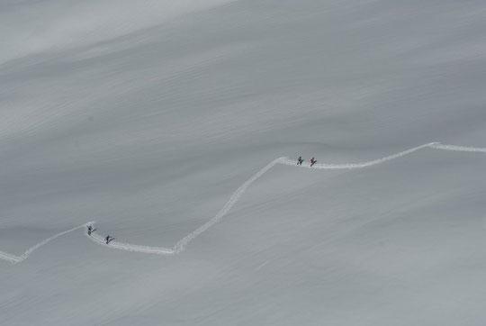 Des compétiteurs de la Gaspard'in montent vers le pied de la brèche de la Meije (hier matin).