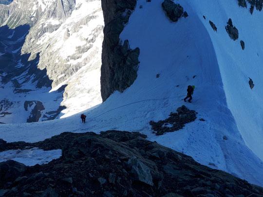 Sur la Traversée de la Meije, une cordée arrive à la Bréche du Glacier Carré vers 3750m. A gauche mille mètres plus bas le vallon des Etançons en dessous du glacier Carré et à droite le début de la face Nord. Photo Jean Fourmont. Merci.