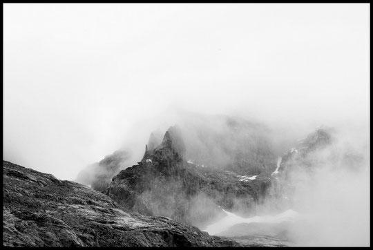 Roc, neige et brouillard pour le Promontoire (photo Alban Harly). A regarder en plein écran.
