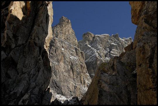 Le Grand Pic de la Meije, 3983 m (vu depuis le refuge). Aujourd'hui jeudi, il est complétement sec, une cordée de deux jeunes grimpe quelque part dans cette grandiose paroi de 900 m....