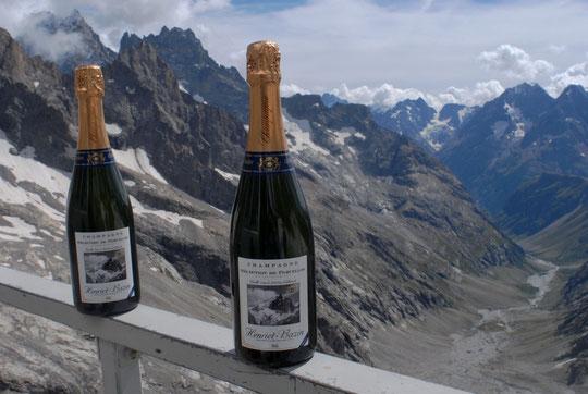 C'est sans doute la première fois, nous avons monté du Champagne qui va passer un an au Promontoire ! Le propriétaire récoltant (Nicolas, qui est aussi alpiniste) souhaite faire une expérience insolite.... (cliquez sur la photo ! )