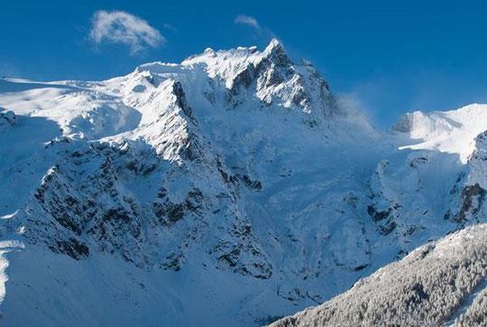 La saison de ski de rando en haute montagne c'est pour bientôt... la Meije se prépare et nos refuges seront gardés à partir du 15 mars ! Merci Samuel Collins pour cette Meije bien platrée....