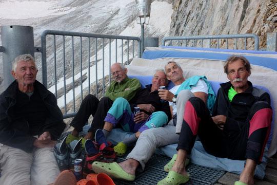 Sur la terrasse du Promontoire, juste au retour du Petit Doigt du Glacier Carré (voir ci dessus) : Denis Charon, Jean Michel Cambon, Bichon, Jeannot Pouzet et Bernard Parent. Un grand merci  à toute  la fine équipe  (pas loin de 350 ans à eux 5 ! Bravo )