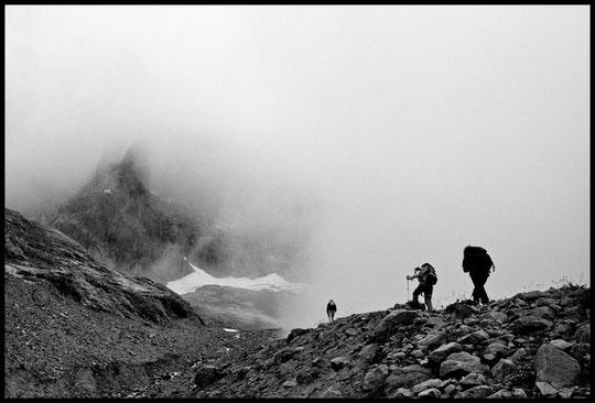 """""""...un lieu peu propice à l'habitat humain..."""" . Montée au Promontoire à la limite du brouillard. Photo Alban Harly.                                (à regarder en plein écran)."""