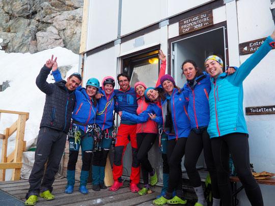 """Deuxième journée sur la Meije (et au refuge) pour l'Equipe Nationale Féminine Espagnole d'alpinisme. Ce matin elles devraient rejoindre l'Aigle par le """"Z"""" en face Nord et par la """"Pierre Allain"""" en face Sud. Merci à vous toutes (et aux guides)."""
