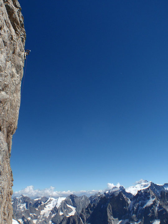 """Merci à Antoine Rolle pour cette belle photo aérienne d'une cordée dans """"Mitchka"""" en face sud de la Meije. Dernière longueur en 7a au dessus des vires du glacier Carré. Au fond la barre des Ecrins (Photo prise depuis le """"Dossier du Fauteuil"""")."""