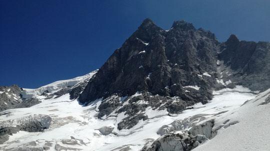 Contrairement aux apparences, c'est bien une face Nord à près de 4000 m à la mi juin !  Photo  (C.Monnet) : la Face Nord de la Meije hier 18 juin depuis les Enfetchores.  Plus ça va plus les effets du réchauffement transforment vite nos montagnes !