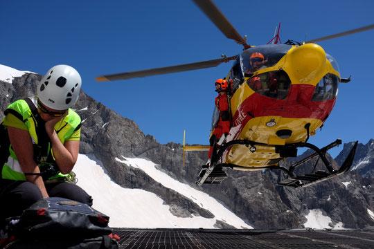 Hier midi l'hélico de la Sécurité Civile est intervenu au Promontoire pour évacuer un jeune alpiniste après que le médecin du secours ait diagnostiqué, sur la DZ, un Mal Aigu des Montagnes et une déshydratation. Merci au secouriste CRS et à l'équipage !