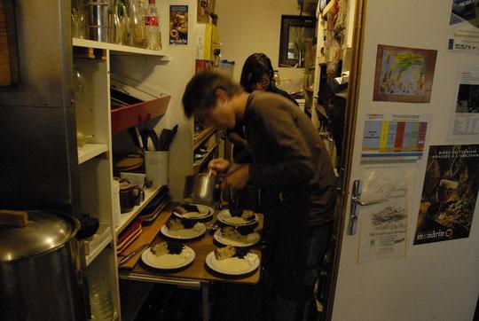 Les cordées présentes hier soir ont eu droit à un assortiment de gateaux et de crémes spécialement préparé par Tim (mon fils de 17 ans aujourd'hui) à l'occasion de... son anniversaire. Alors ça ne sera pas tous les jours comme ça ! Dommage...