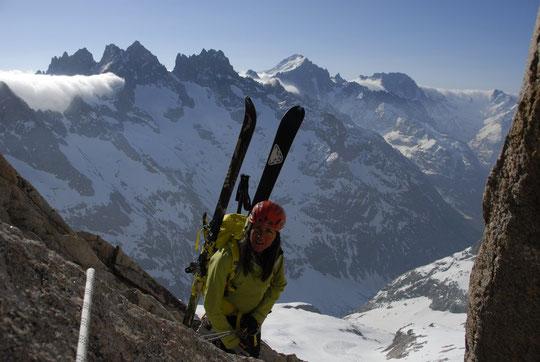 Nathalie au début de la redescente du replat (avec une belle mer de nuages vers les hautes alpes)