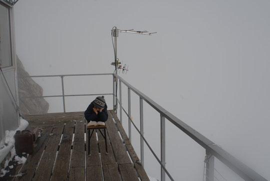 Yoska, seul au monde, à 3100 m,  avec son bouquin !