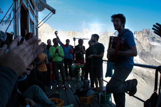 C'était dimanche dernier au moment de l'apéro juste après que le soleil soit passé derrière l'arête du  Râteau... Une bien belle ambiance ! Merci aux musiciens montés de grenoble. Et merci Barbara Satre pour la photo.