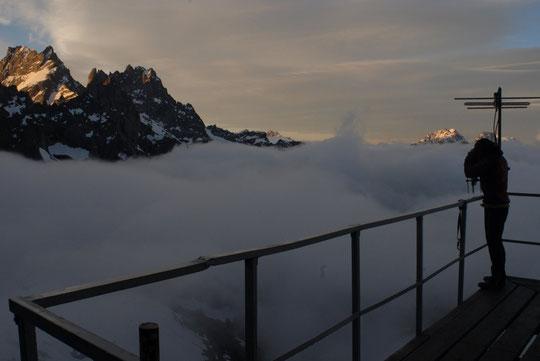 """6h ce matin, la mer du nuage passe sous les 3000 et le soleil arrive sur la Grande Ruine... Et avant de descendre à """"la ville""""  Nathalie tente d'immortaliser cette ambiance si particulière..."""