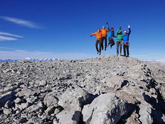 Quatre mois de voyage, d'alpinisme et de rencontres à travers les Alpes... Ils sont arrivés hier sur le sommet qui clos cette superbe aventure en mobilité douce, le Triglav en Slovénie ! Bravo Yoann et Yann !