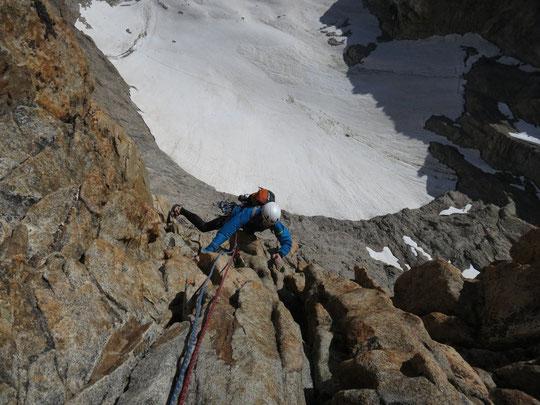 """Toujours dans """"Nous partirons dans l'ivresse"""". Du très bon rocher et bien aérien... (Photo hier lundi de Lionel Tassan). Un petit clic sur la photo, juste pour l'ambiance..."""