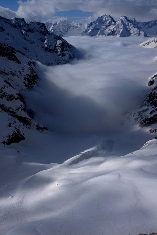 Toute la journée d'hier la mer de nuages a fluctué dans la Valllon jusqu'au refuge à 3000m. Dans l'après midi nous étions entre deux couches de nuages et il a neigeoté...  Le jeu des lumières est juste fantastique en montagne. Instants de pur bonheur !