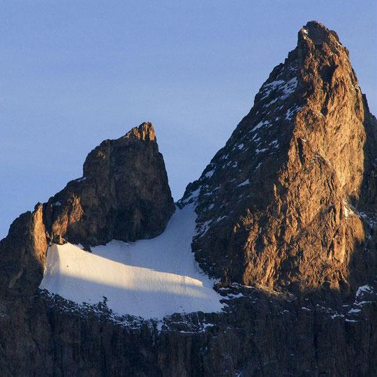 """On aperçoit  bien sur cette photo du Parc National des Ecrins, la """"petite tour"""" située dans le """"coin en haut à gauche"""" du Glacier Carré (juste à la limite du soleil) . C'est cette tour de la taille d'un immeuble (de 3 étages ?) qui est tombée le 7 août..."""